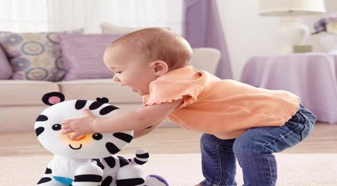 bebe con muñeco que gatea