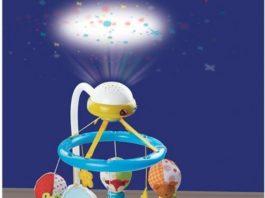 bebe con proyector de estrellas
